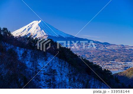 【山梨県】厳冬の御坂峠から、富士山・河口湖の夜明け 33958144