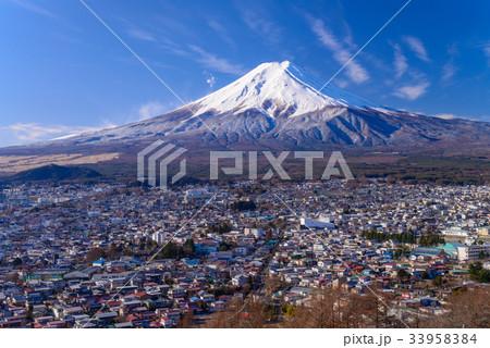 【山梨県】雪化粧した富士吉田市街と富士山 33958384
