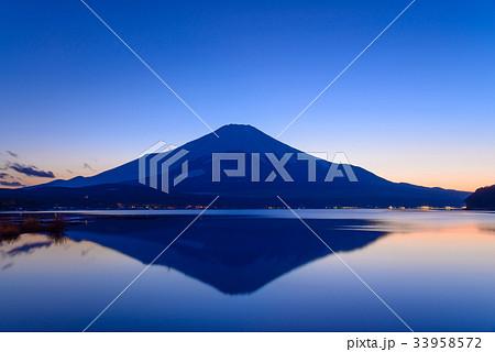 静寂な山中湖の逆さ富士 33958572