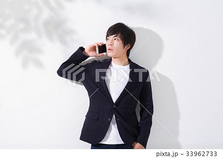 電話をする若い男性 33962733