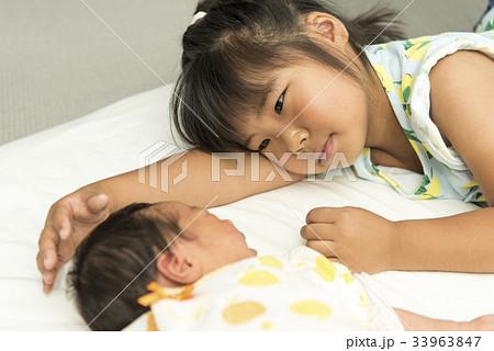 生まれたばかりの妹を可愛がるお姉ちゃん 33963847