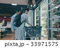 スーパーマーケット 夫婦 買い物の写真 33971575