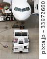 飛行機 旅客機 トーイングカーの写真 33972660