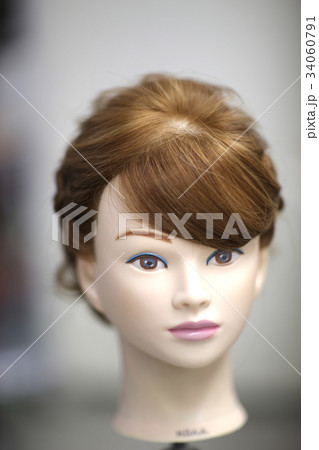 モデルウィッグでヘアアレンジ perming写真素材 34060791