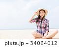 砂浜に座る女性  34064012
