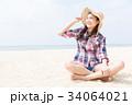 砂浜に座る女性 34064021