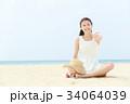 砂浜に座る女性  34064039