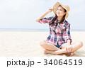 砂浜に座る女性  34064519