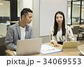 シェアオフィスで仕事する若い男性と女性 34069553