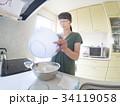 家庭での調理シーン(混ぜる) 34119058