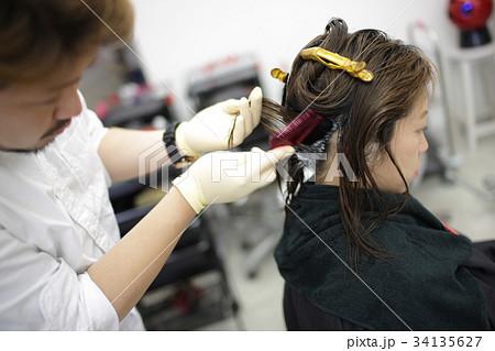 美容室 ヘアカラー施術シーン perming 写真素材 34135627