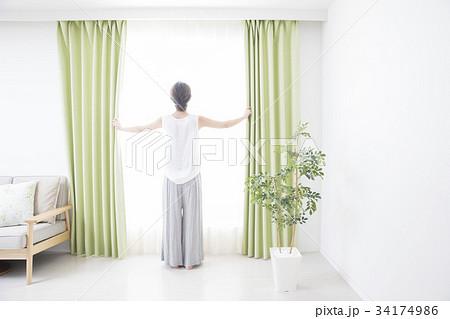 窓辺の女性の写真素材 [34174986] - PIXTA