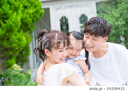 3人家族、ファミリー、仲良し、寄り添う 34206432