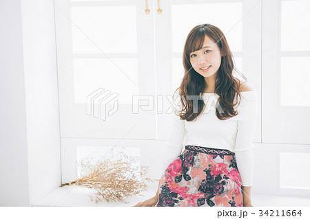若い女性のヘアスタイルイメージ  34211664