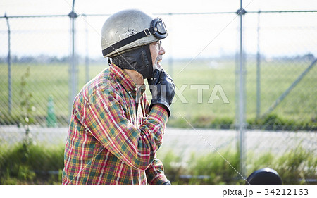 バイクに乗るシニア男性 34212163