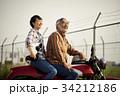 バイクに乗るシニアと女性 34212186