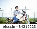 バイクにまたがる女性 34212223