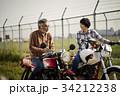 バイクに乗るシニアと女性 34212238
