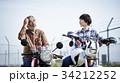 バイクに乗るシニアと女性 34212252