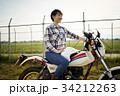 バイクにまたがる女性 34212263