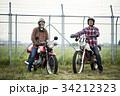 バイクに乗るシニア男性 34212323