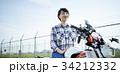 バイクにまたがる女性 34212332