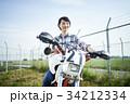 バイクにまたがる女性 34212334