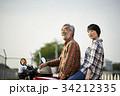バイクに乗るシニアと女性 34212335