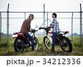バイクに乗るシニアと女性 34212336