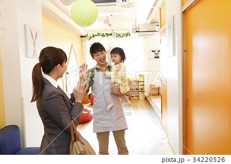 保育園 幼稚園 託児所 送り迎え 送迎  撮影協力・RYOZAN PARK大塚 34220526