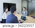 会議室で会議する若い男性と女性 34223557
