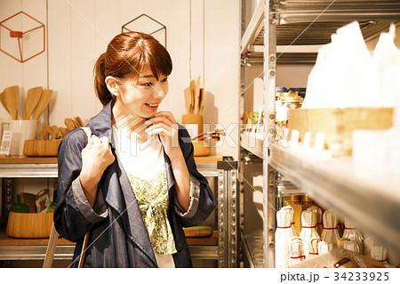 ショッピング 買い物 女性 雑貨 セレクトショップ 撮影協力:TENOHA DAIKANYAMA 34233925