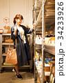 ショッピング 買い物 女性 雑貨 セレクトショップ 撮影協力:TENOHA DAIKANYAMA 34233926