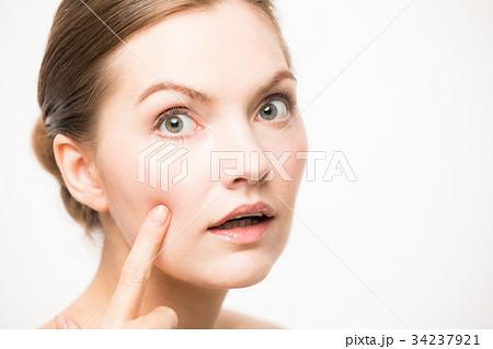 お肌をチェックする白人女性 34237921