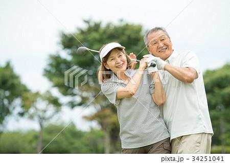 ゴルフ シニア夫婦 アクティブ イメージ 34251041
