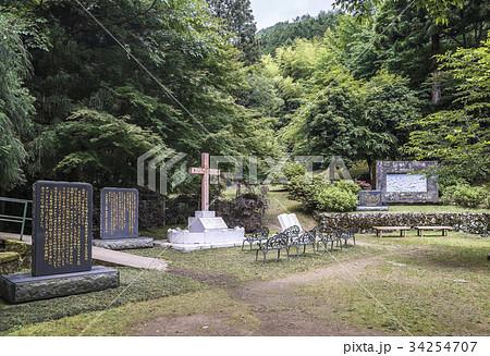 森に囲まれた乙女峠マリア聖堂広場の十字架と石碑 34254707