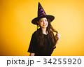 ハロウィン 魔女の仮装をする若い女性 34255920