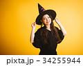 ハロウィン 魔女の仮装をする若い女性 34255944