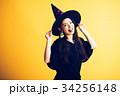 ハロウィン 魔女の仮装 若い女性 34256148