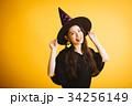 ハロウィン 魔女の仮装 若い女性 34256149