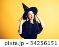 ハロウィン 魔女の仮装 若い女性 34256151