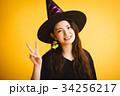 ハロウィン 魔女の仮装をする女の子 34256217