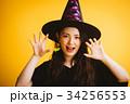 ハロウィン 魔女の仮装をする女の子 34256553