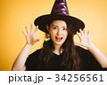 ハロウィン 魔女の仮装をする女の子 34256561