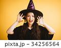 ハロウィン 魔女の仮装をする女の子 34256564