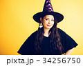 ハロウィン 魔女の仮装をする若い女性 34256750