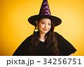 ハロウィン 魔女の仮装をする女の子 34256751