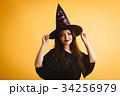 ハロウィン 魔女の仮装をする女の子 34256979