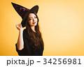 ハロウィン 魔女の仮装をする若い女性 34256981