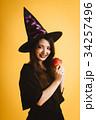 ハロウィン 魔女の仮装 若い女性 34257496